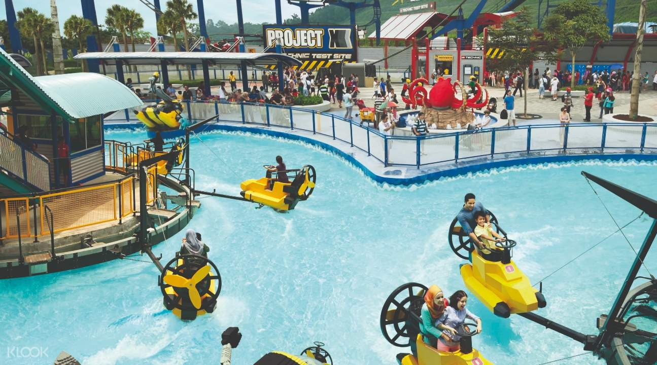 people playing in LEGOLAND® Malaysia's Aquazone Wave Racers; there's a pool with boat-esque rides
